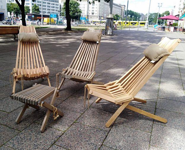 Finnische Holzliegestühle